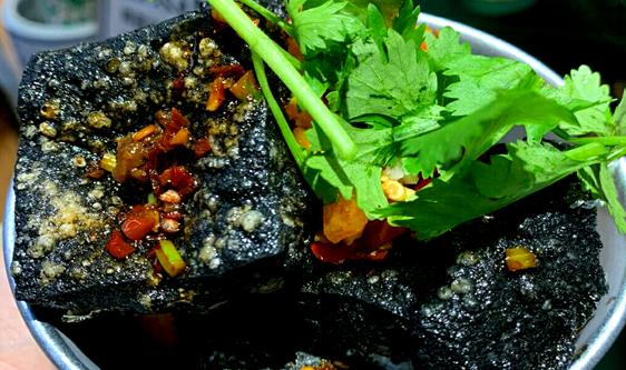臭豆腐受市场欢迎 发酵万博manbetx苹果app、油炸锅赋能健康吃美味